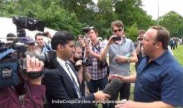 Alex Jones, diwawancara di tengah para demonstran saat konferensi The Bilderberg 2013 di Inggris.